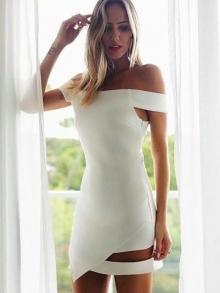 Бяла рокля с голи рамене